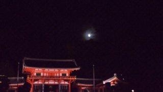 十五夜の満月と八坂神社/Full monn and Yasaka shrine